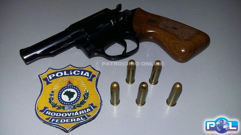 Homem flagrado portando arma municiada na br 365 for Uso e porte de arma
